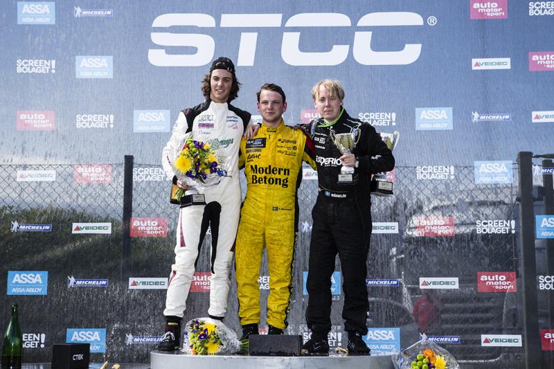Andreas, Henrik, och Albin på prispallen för Clio Cup racing i Skövde
