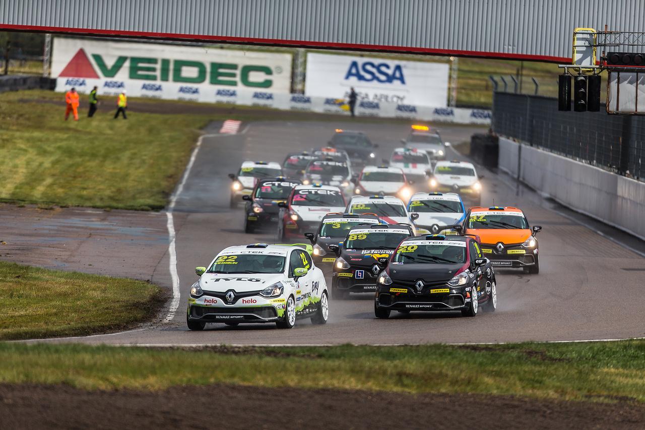 Albin först i startkurvan på Anderstorp raceway i Clio Cup racing