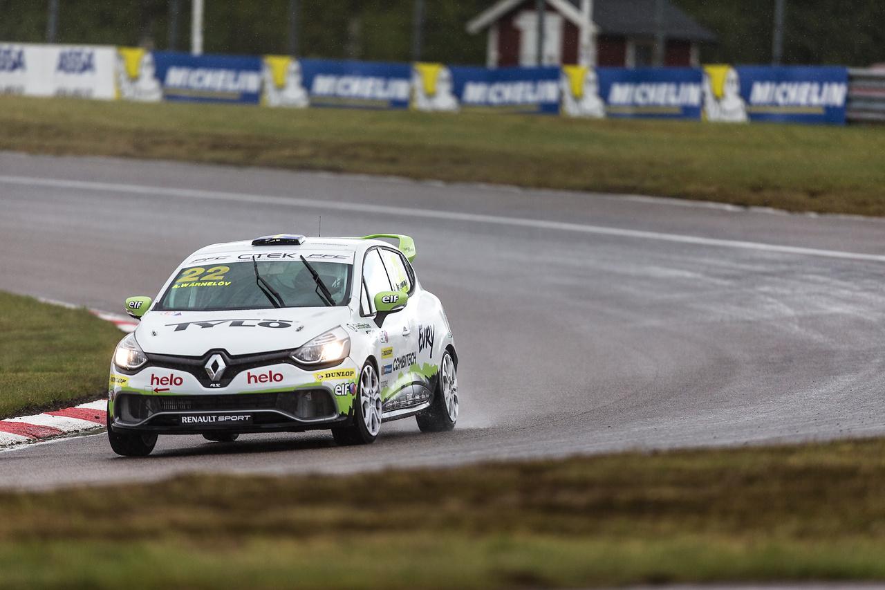 Albin i näst sista kurvan i Clio Cup racing på Anderstorp Raceway