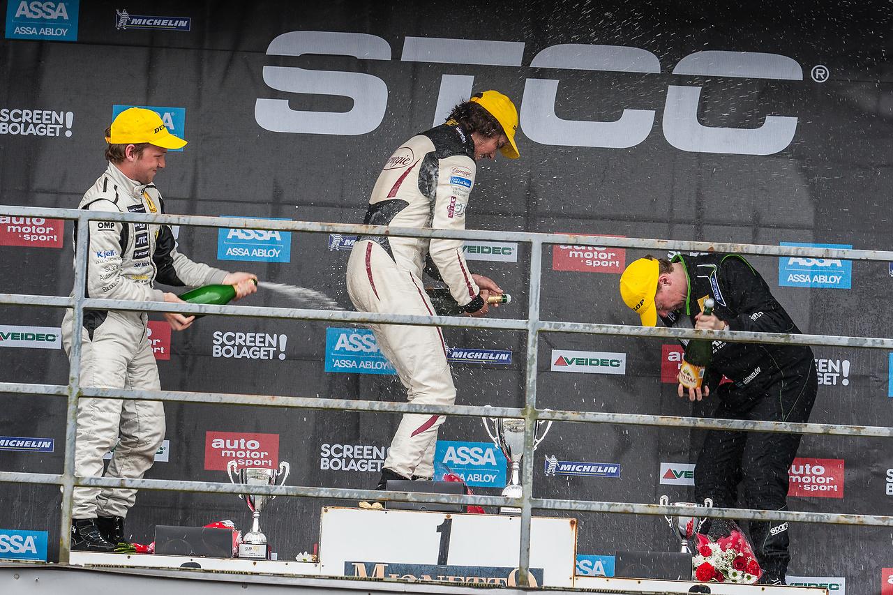 Prispallen på Anderstorp raceway med Henrik, Anders och Albin i Clio Cup racing