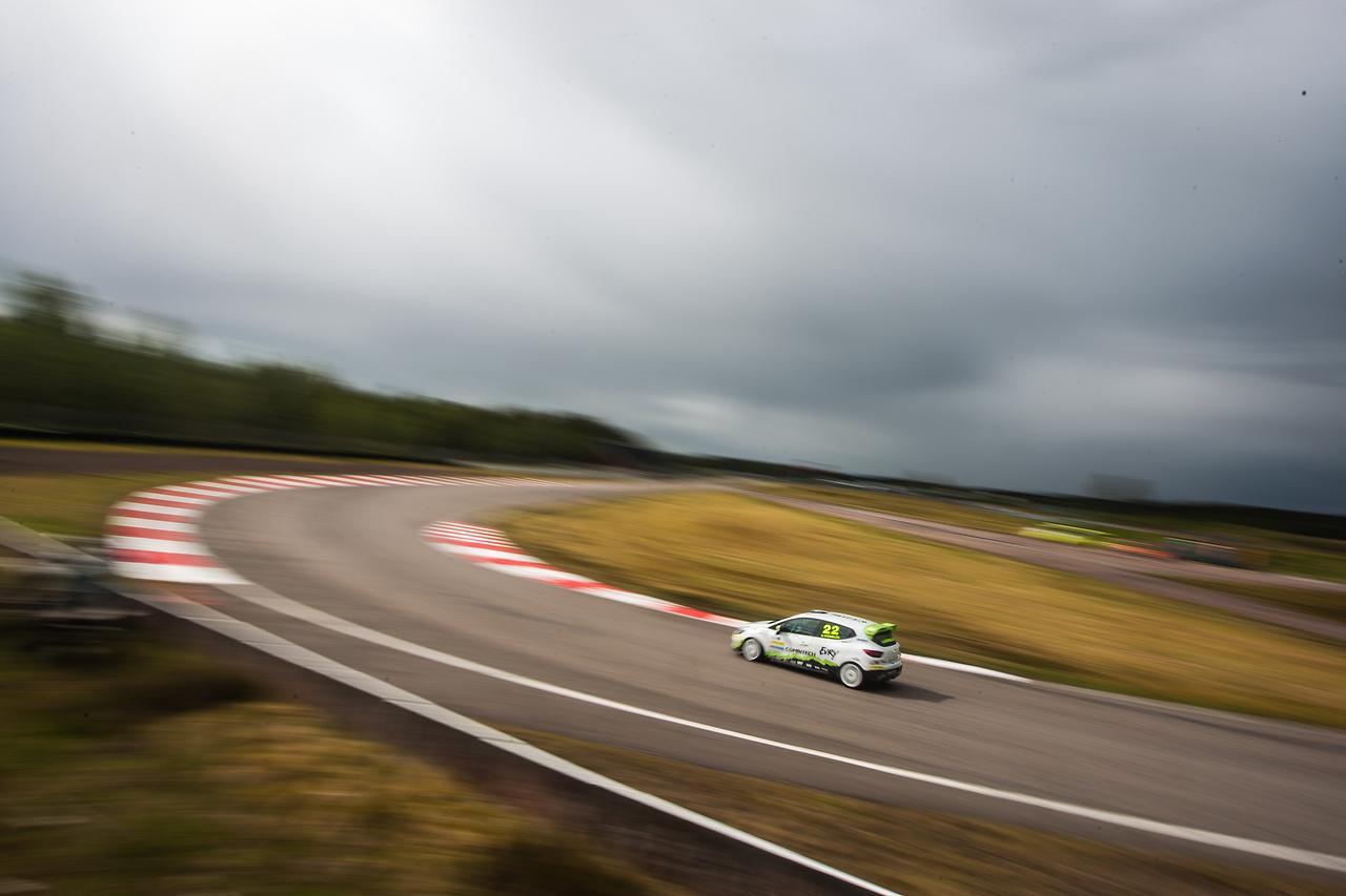 Albin i startkurvan på Anderstorp Raceway i sin clio cup racingbil
