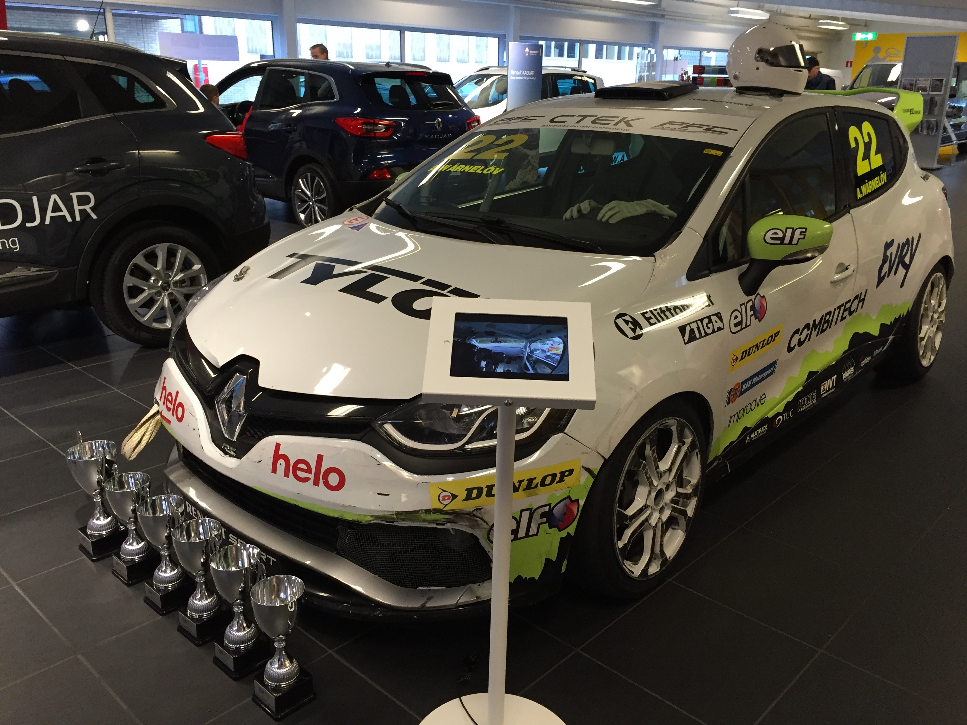 Experion racing teams Clio Cup racingbil ställs ut i Skobes bilhandlare lokaler