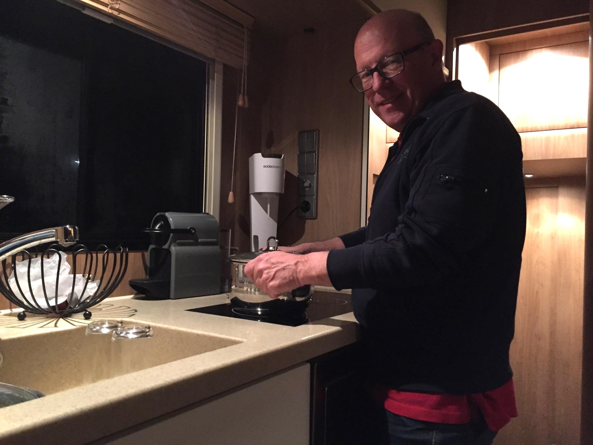 Johnny lagar mat på hemvägen från Imola