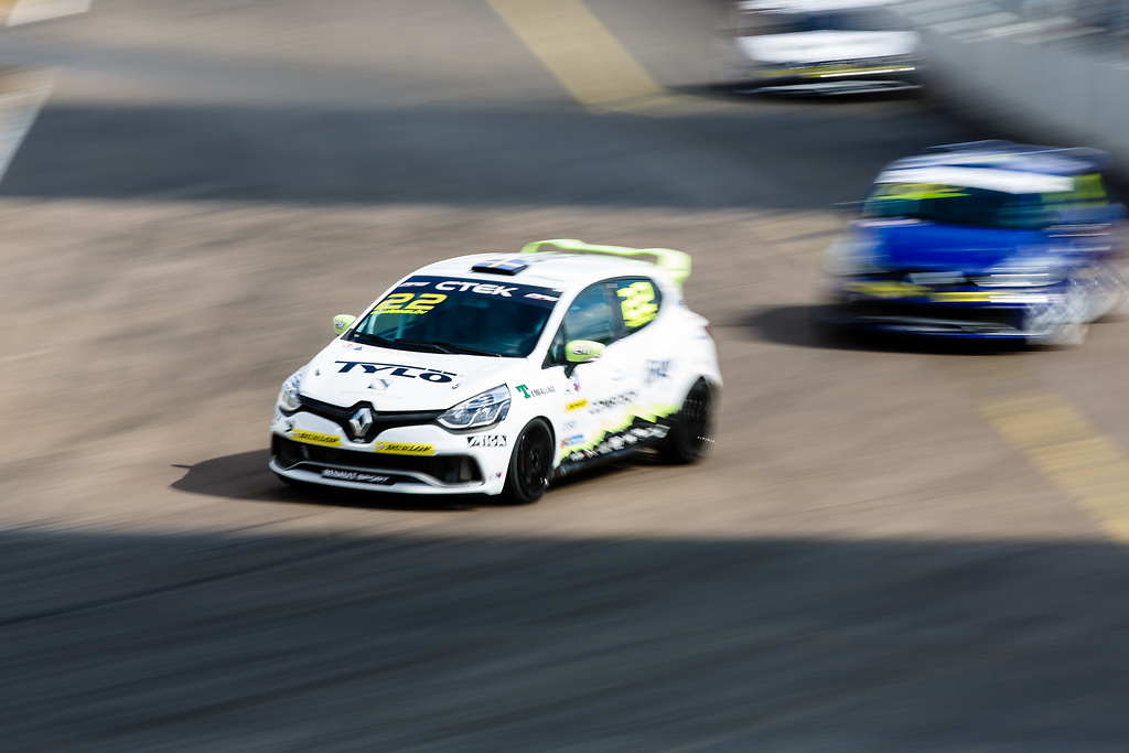 Albin Wärnelöv i sin Clio Cup racingbil jagas för sin andraplats