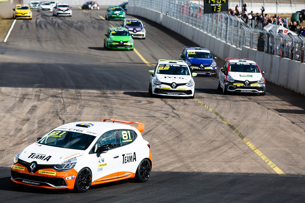 Andra varvet i race två för Clio Cup racing serie
