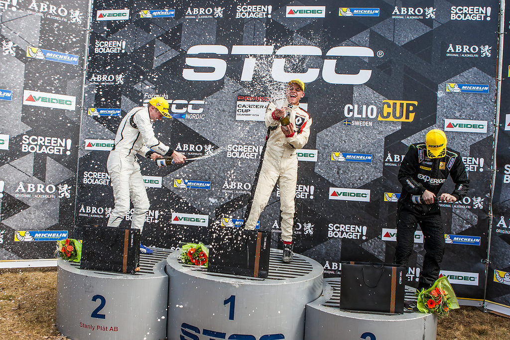 Topp tre i Clio Cup race två sprutar Champagne.