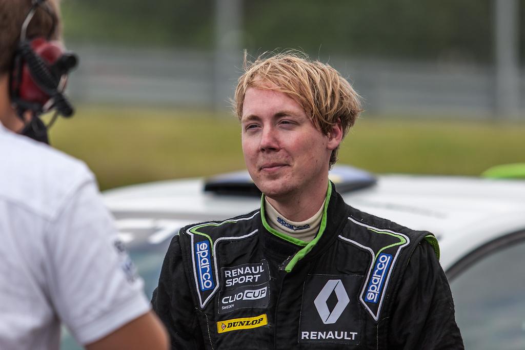 Ärelöv intervjuas om Clio Cup resultat i Anderstorp Raceway