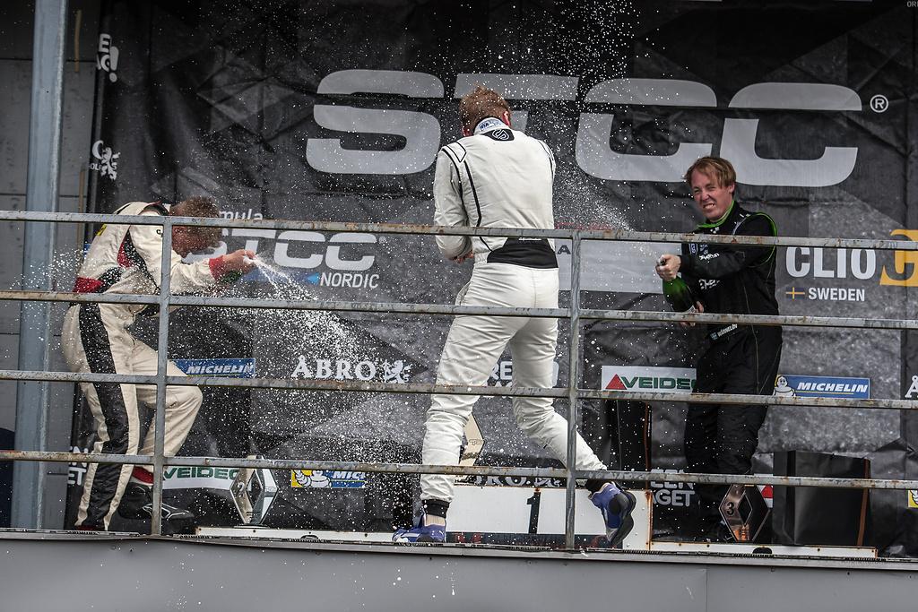Från podier i Clio Cup Anderstorp raceway sprutas chmpange
