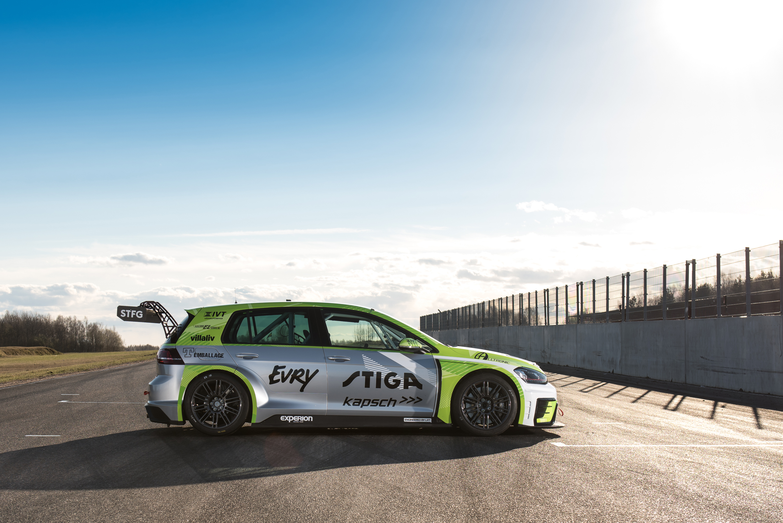 Experion racing teams Volkswagen Golf TCR med sponsorer IVT, Villaliv, Every, Stiga, Kapsch.