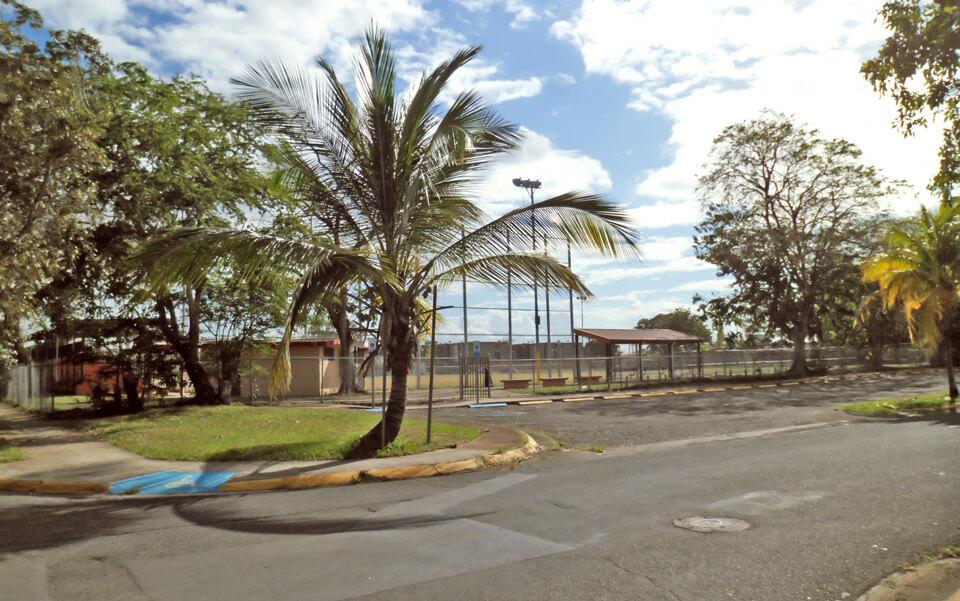 """Parque de pelota cerca de la """"Ratonera"""", Urbanización Jardines de Country Club, Carolina, Puerto Rico."""