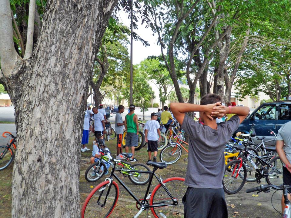 """Bicicletada de """"Haciendo la Diferencia:, un grupo de vecinos de la Comunidad Especial """"La Cerámica"""", Carolina, Puerto Rico. Foto frente a Econo de Plaza Carolina."""