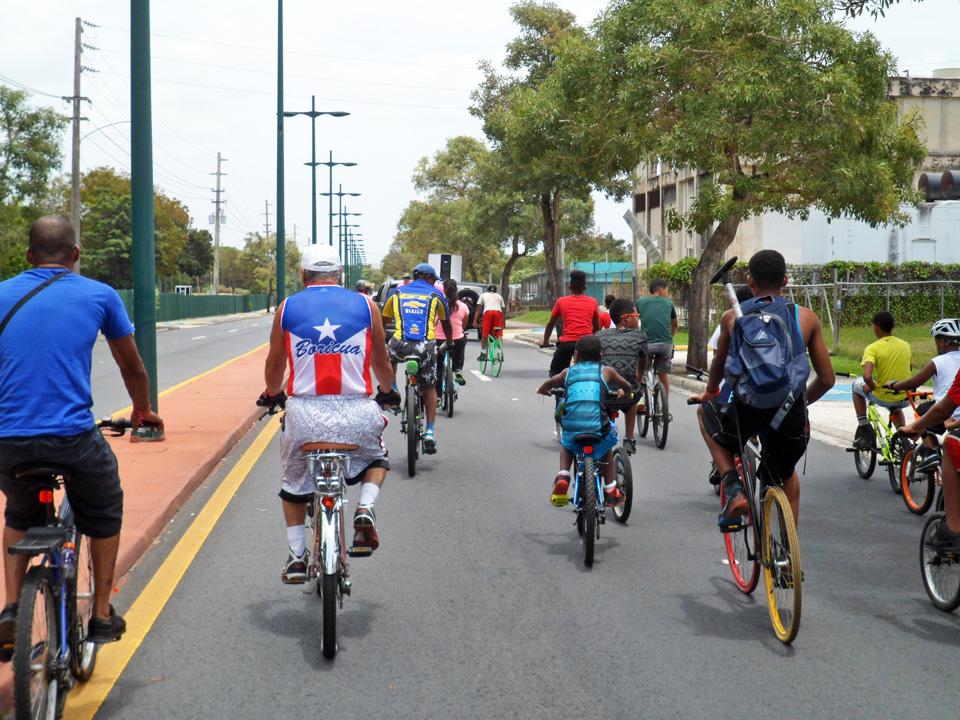 """Bicicletada de """"Haciendo la Diferencia:, un grupo de vecinos de la Comunidad Especial """"La Cerámica"""", Carolina, Puerto Rico. Avenida Roberto Clemente."""
