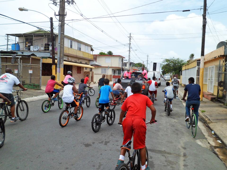 """Bicicletada de """"Haciendo la Diferencia:, un grupo de vecinos de la Comunidad Especial """"La Cerámica"""", Carolina, Puerto Rico."""