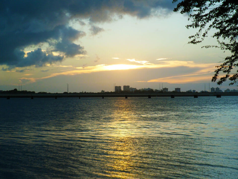 Laguna San José, mirando hacia el Puente Teodoro Moscoso, cerca de Laguna Gardens, Carolina, Puerto Rico.