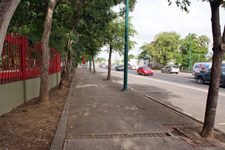 Acera en la Avenida Campo Rico, Carolina, Puerto Rico.