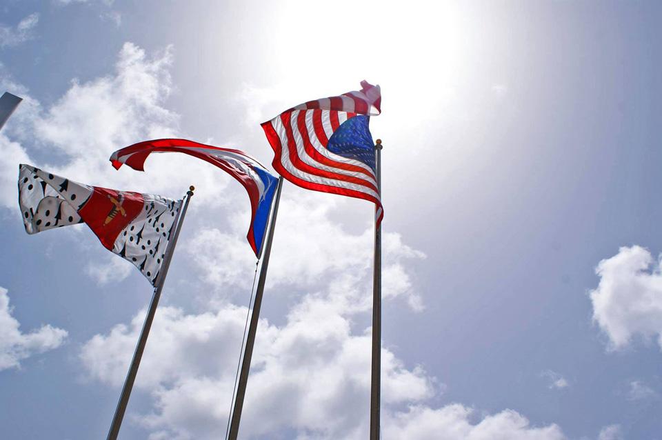 Bandera de Carolina, Puerto Rico y Estados Unidos, en el Pueblo de Carolina.