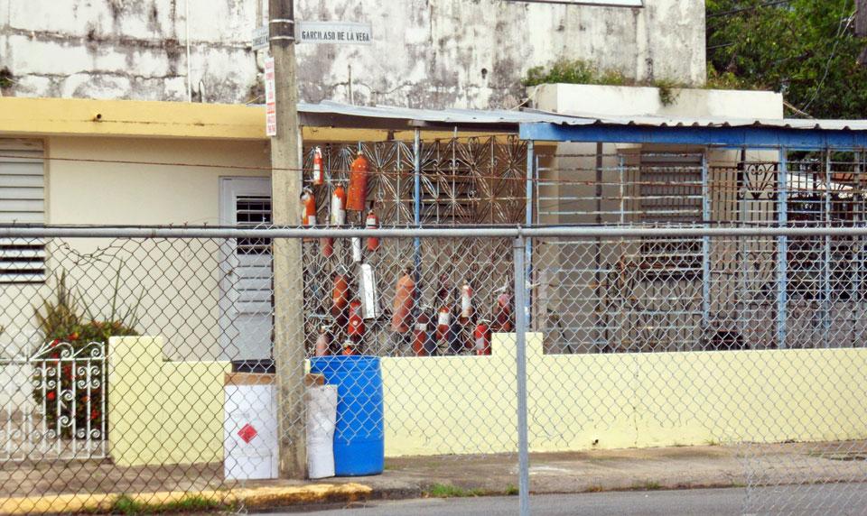 Casa con muchos extintores, Country Club, Carolina, Puerto Rico.