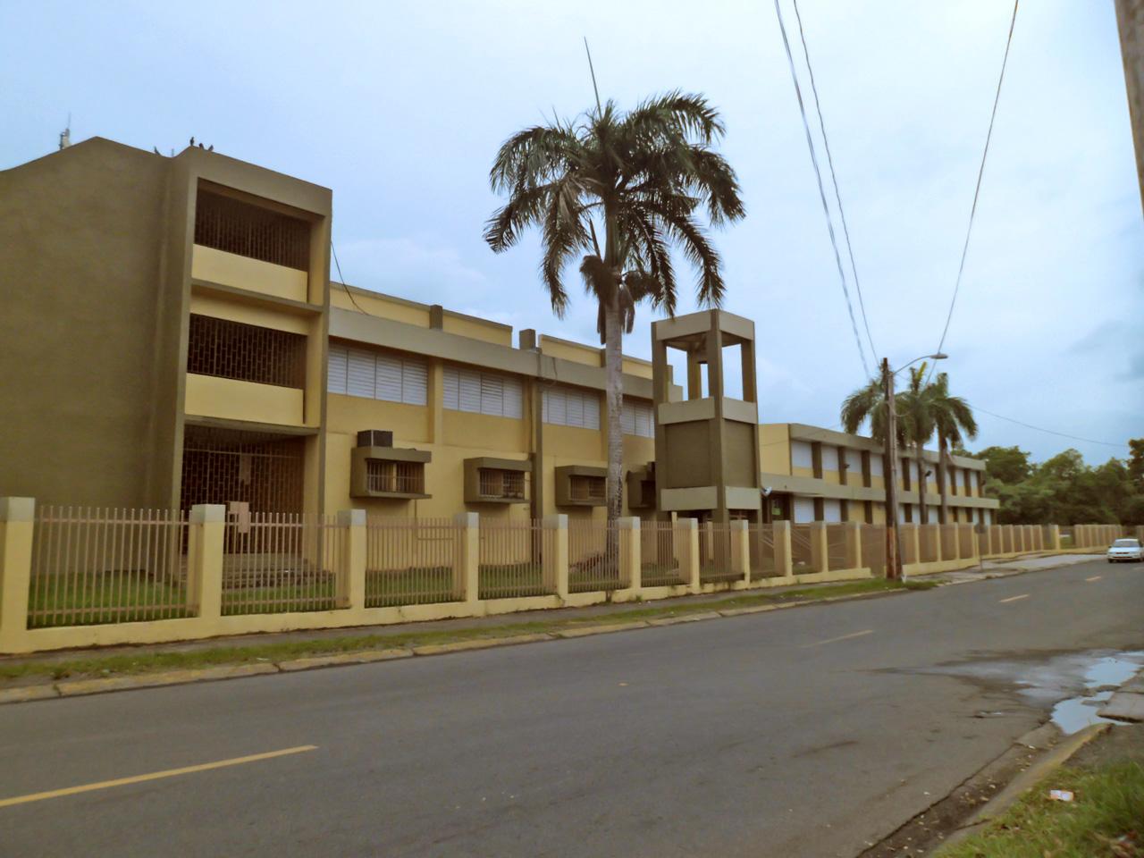 """Escuela Agustín Cabrera (""""La 4""""), en Villa Carolina, Carolina, Puerto Rico."""
