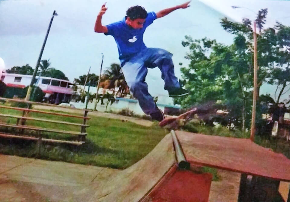 Pitu, corriendo skate en la Urbanización Jardines de Country Club, Carolina, Puerto Rico.