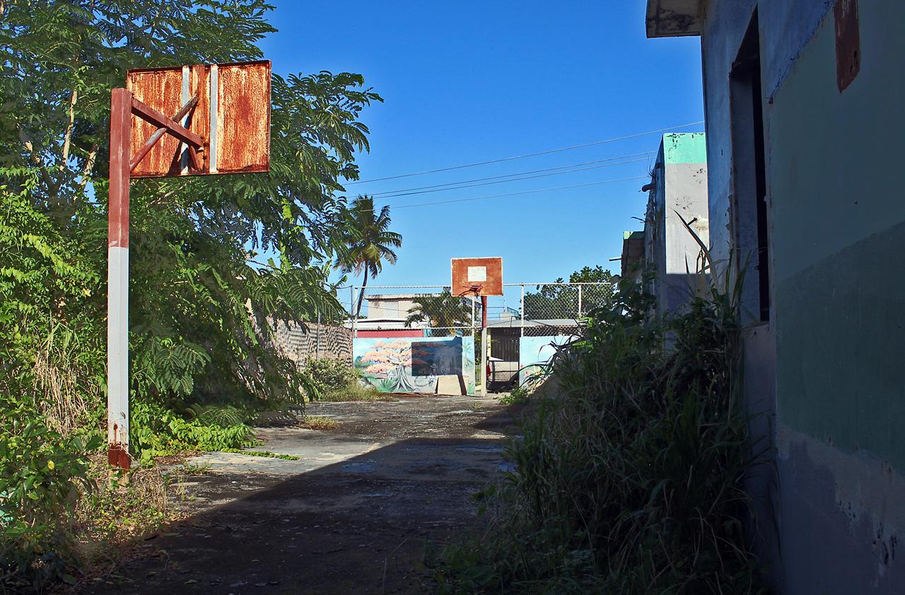 Escuela abandonada y destruida. Antiguo Colegio Elemental Jesús de Nazareth, Urb. Los Ángeles, Carolina, PR.