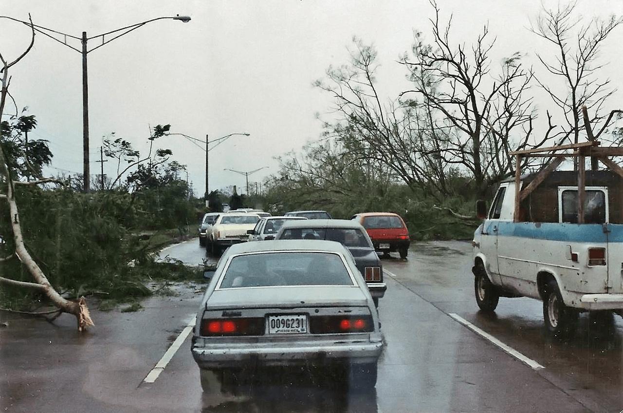 Foto tras el paso del Huracán Hugo por Puerto Rico. Avenida Baldorioty De Castro.