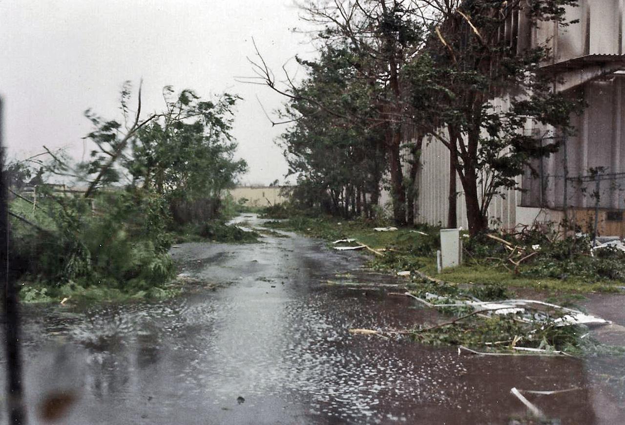 Foto tras el paso del Huracán Hugo por Puerto Rico. Barrio Sabana Abajo, cerca del Residencial Torres de Sabana.