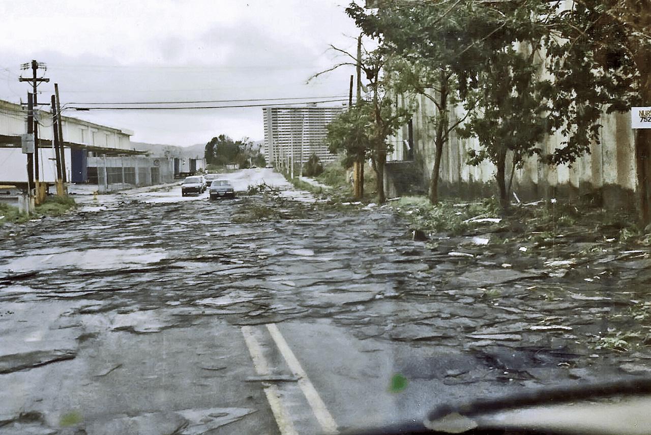 Foto tras el paso del Huracán Hugo por Puerto Rico. Ave. Sánchez Osorio, Carolina, PR.