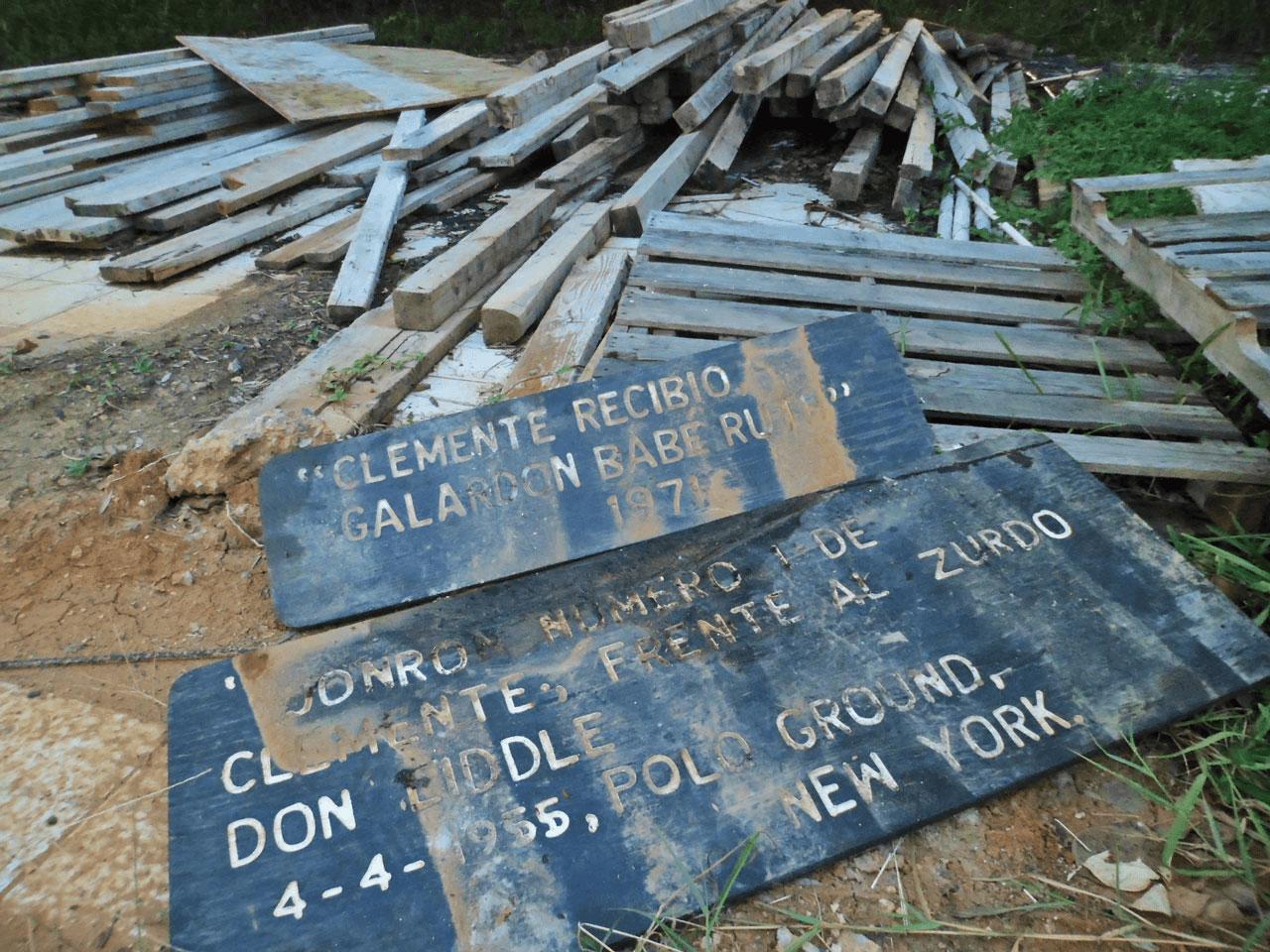 Estatua a la entrada de la Ciudad Deportiva Roberto Clemente, Carolina, PR.