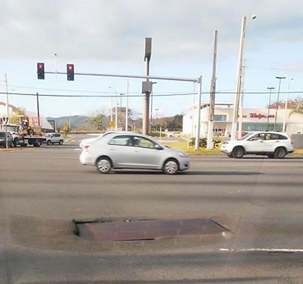 Plancha de metal sobre hoyo en carretera de Carolina, Puerto Rico.
