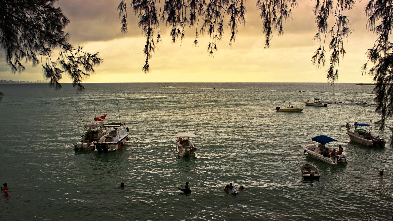Botes en el mar, saliendo de Isla Verde en dirección a Piñones, Loíza, Puerto Rico.