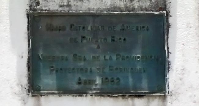 Placa de la estatua de la Virgen de la Providencia en la Avenida Baldorioty de Castro, Carolina, Puerto Rico.