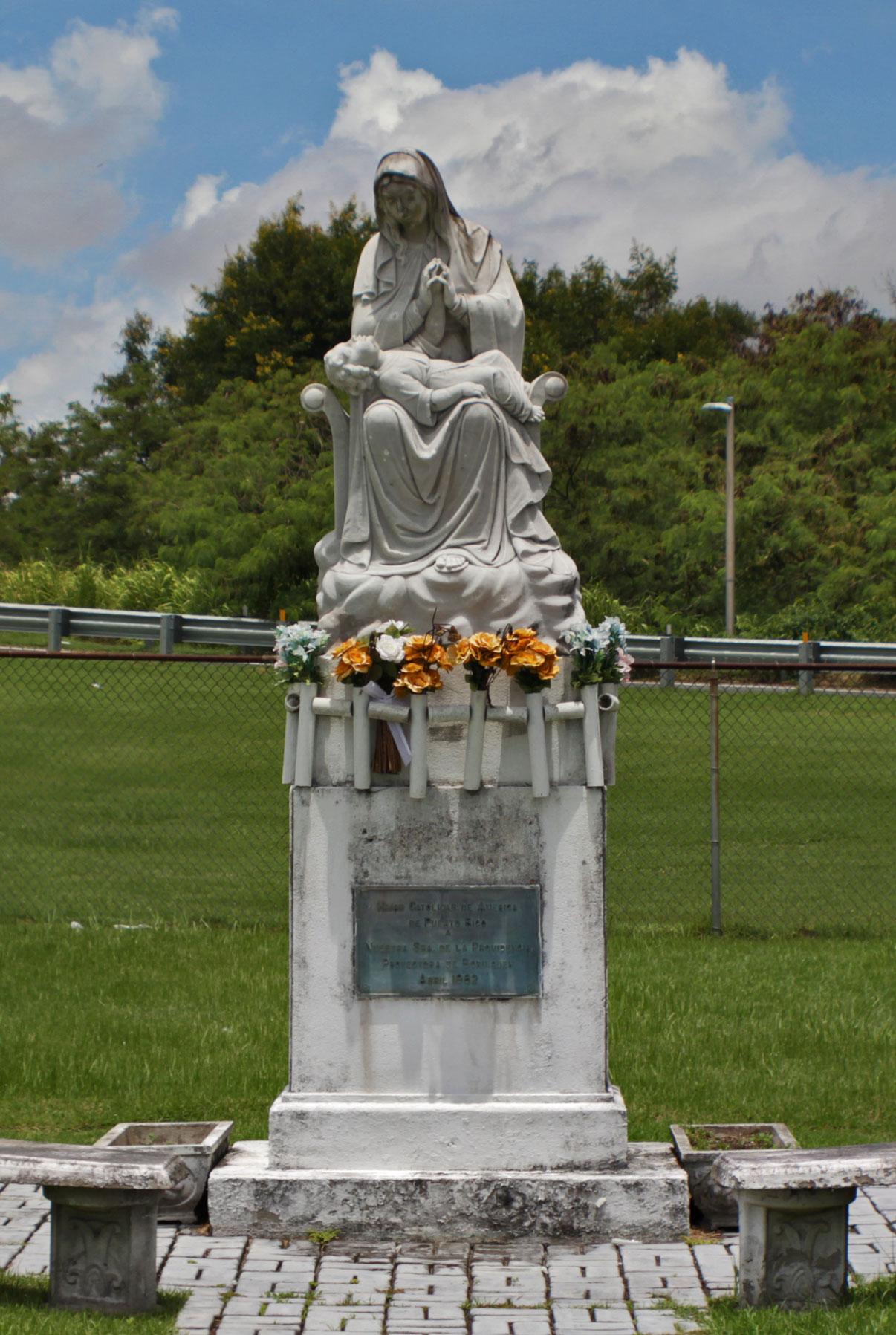 Estatua de la Virgen de la Providencia en la Avenida Baldorioty de Castro, Carolina, Puerto Rico.