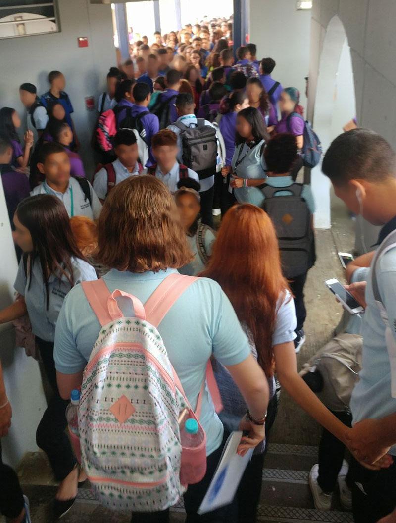 Foto de hacinamiento en escuela de Villa Fontana, Carolina, Puerto Rico.