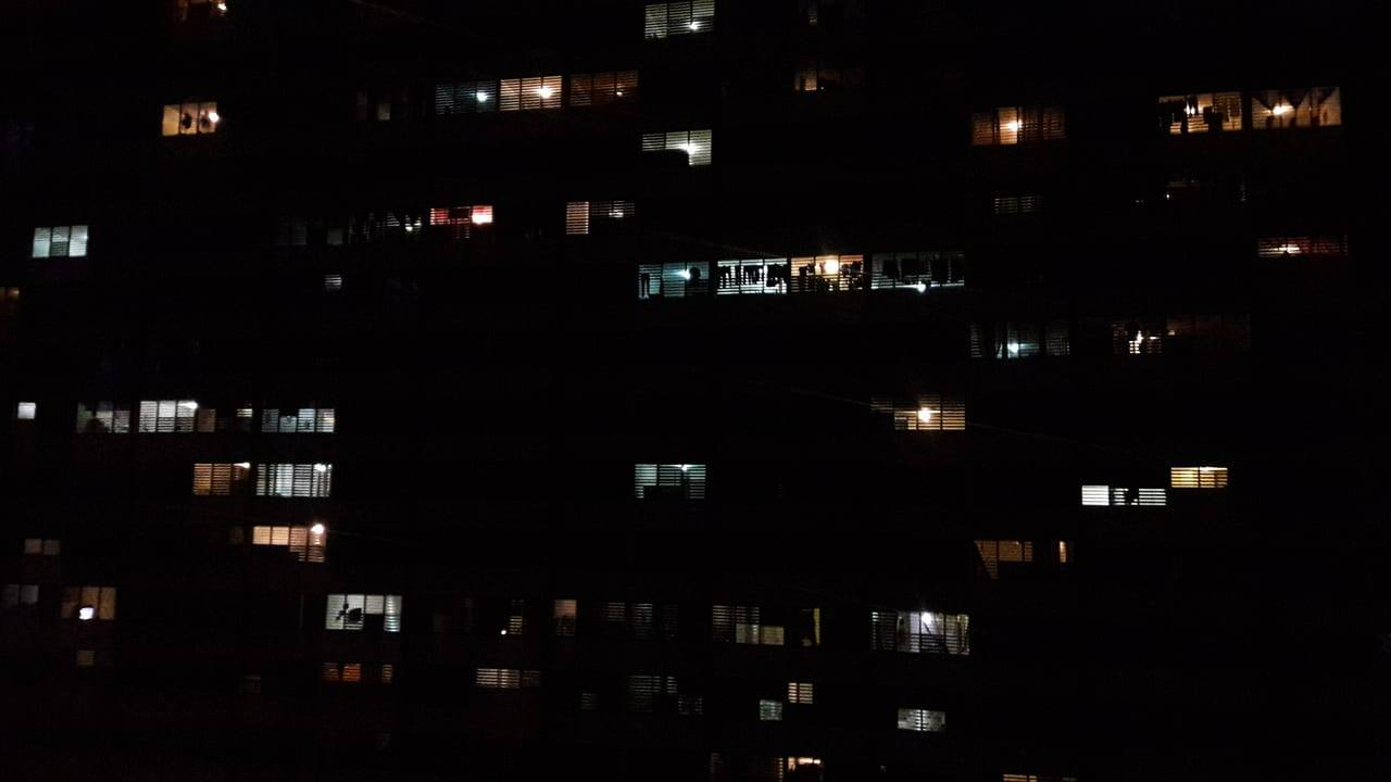 Condominio Monserrate Tower, cuando recibió la electricidad en el 2017 tras el paso del Huracán María por Puerto Rico.
