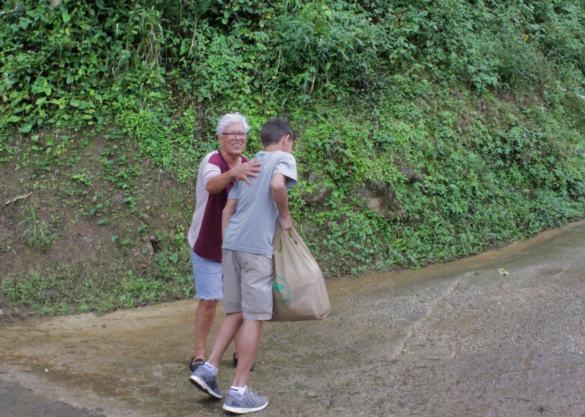 Julio Andrés, de Plaza Escorial, Carolina, Puerto Rico ayudando a una señora mayor de Orocovis tras el paso del Huracán María.
