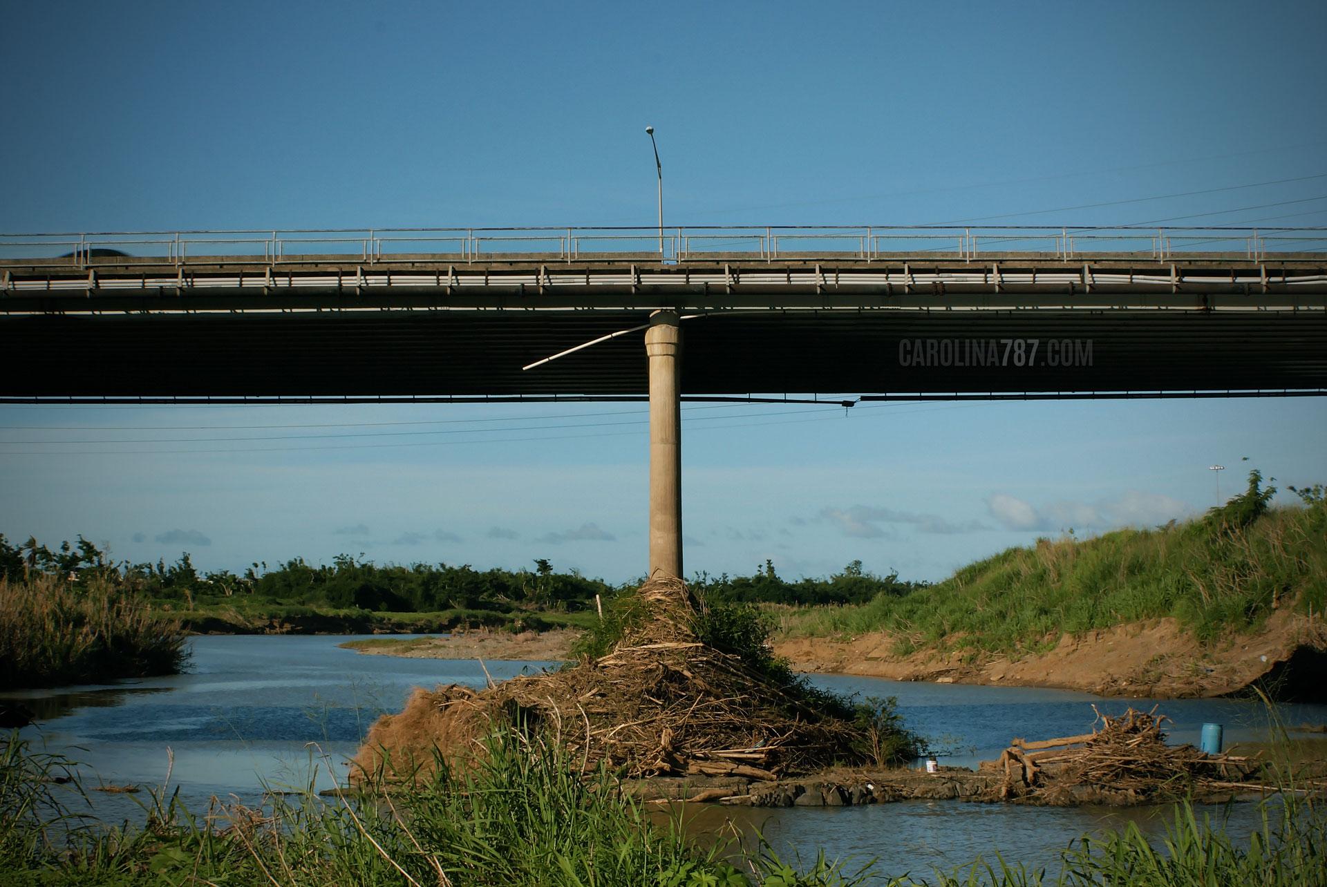 Vista del Río Grande de Loíza, bajo el Puente Julia De Burgos en Carolina, Puerto Rico.