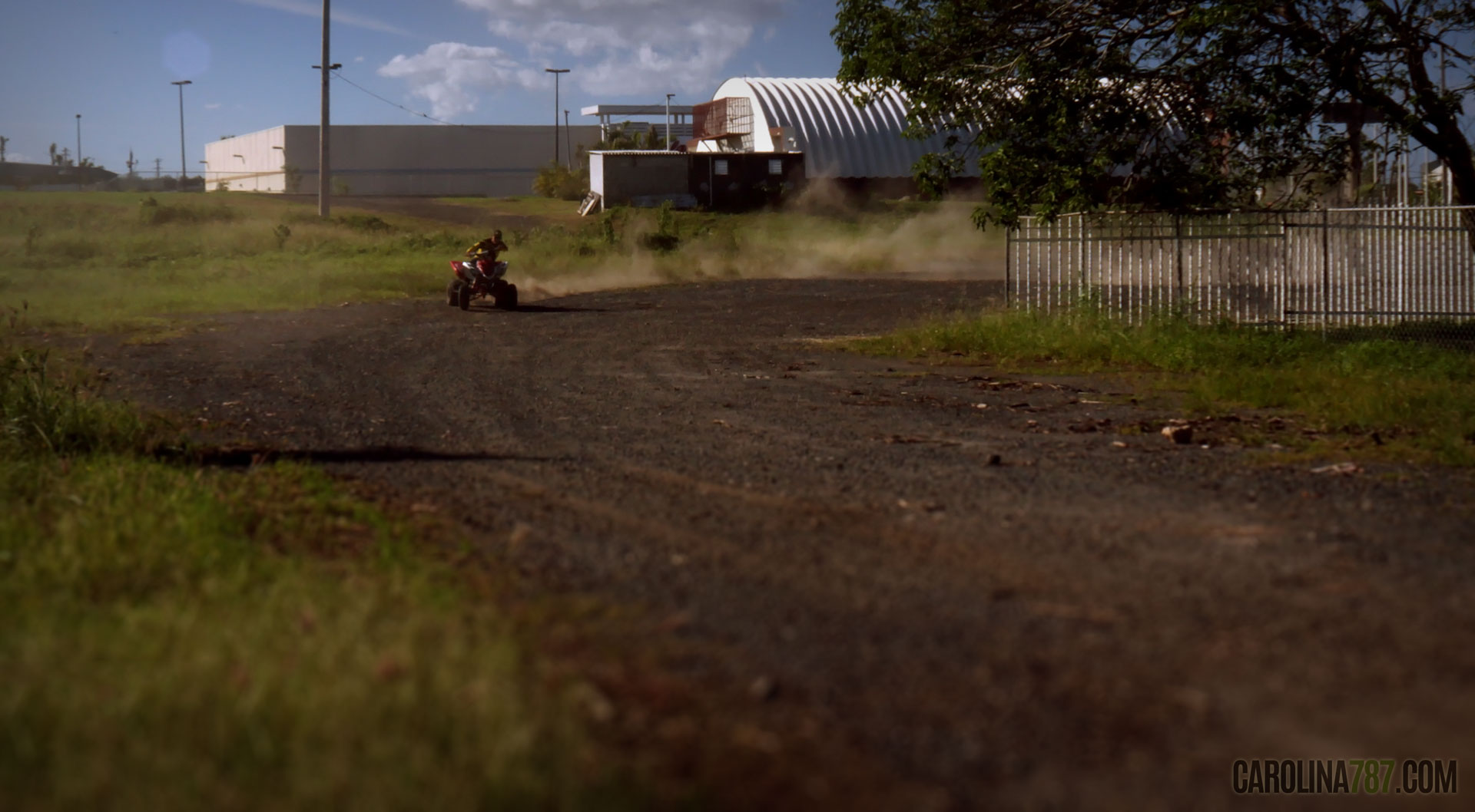 """Persona corriendo """"Four Track"""" en la parte trasera de Walgreens de la Carretera 3 en Carolina, Puerto Rico."""