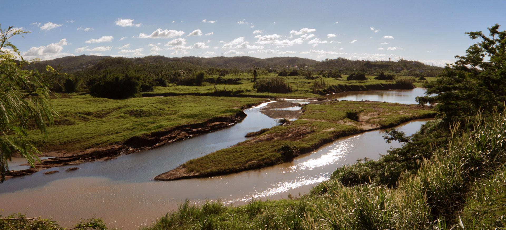 Vista del Río Grande de Loíza desde la parte trasera de Walgreens de la Carretera 3 en Carolina, Puerto Rico.