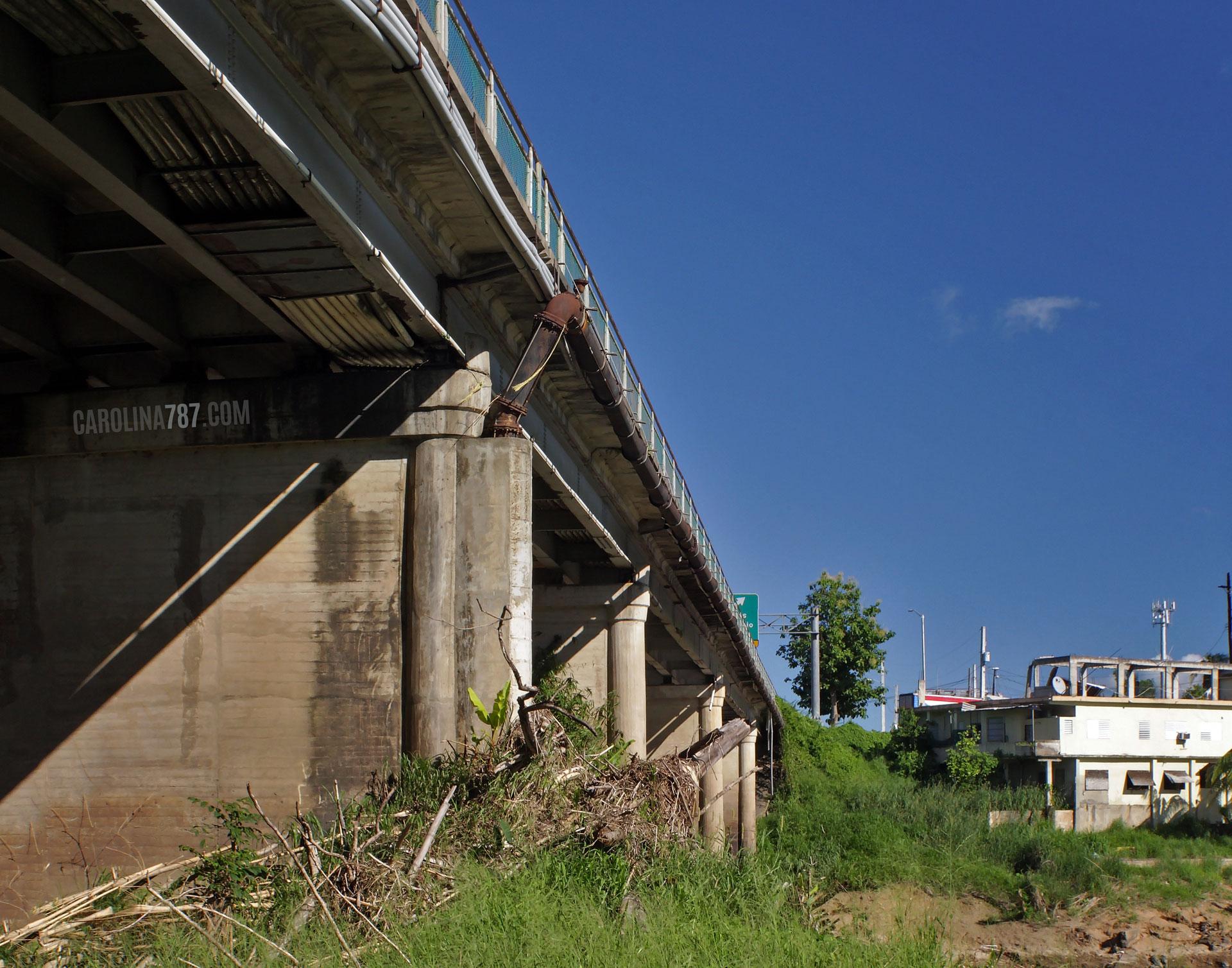 Vista bajo el Puente Julia De Burgos en Carolina, Puerto Rico.