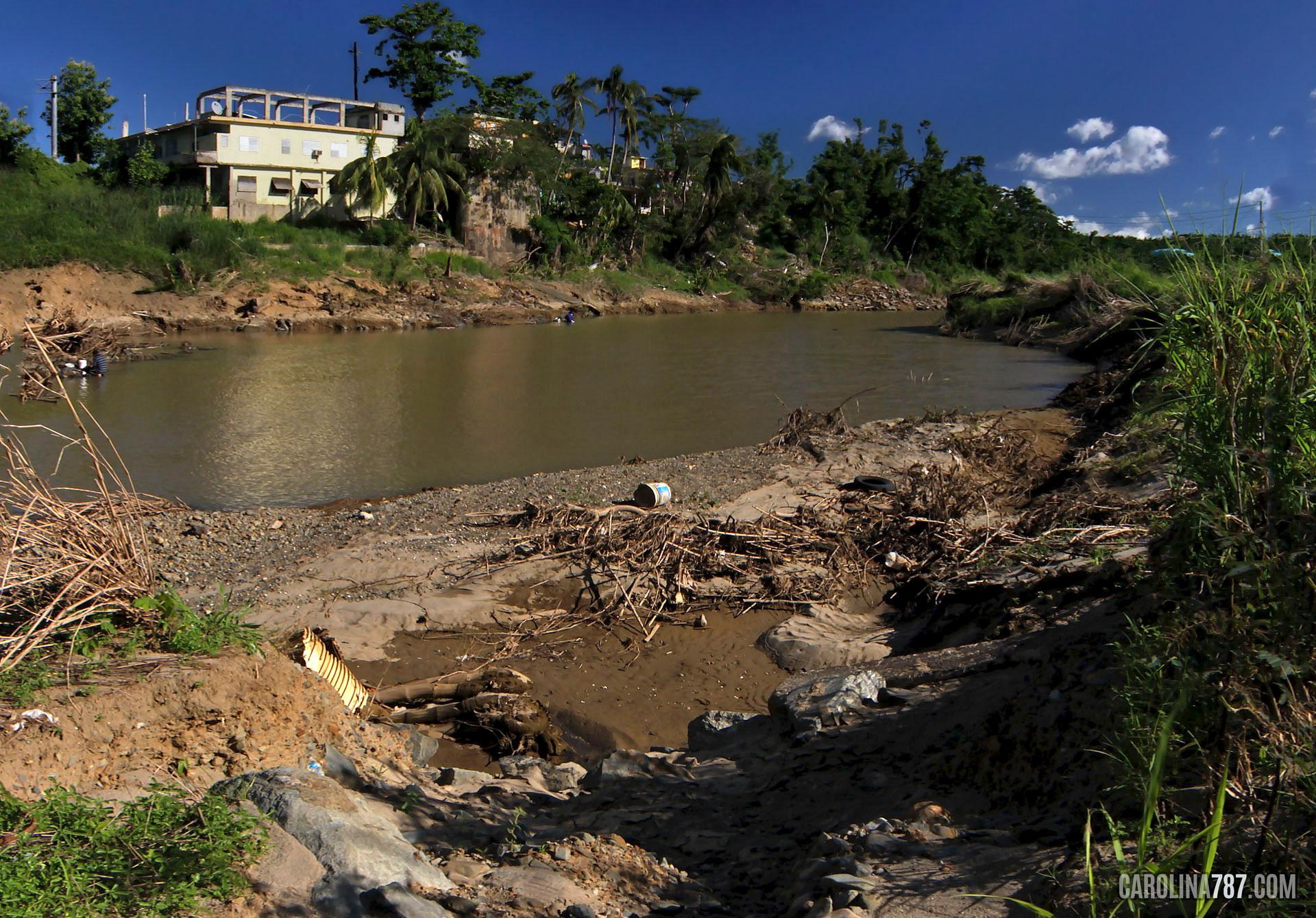 Hermosa y pacífica vista del Río Grande de Loíza, bajo el Puente Julia De Burgos en Carolina, Puerto Rico.