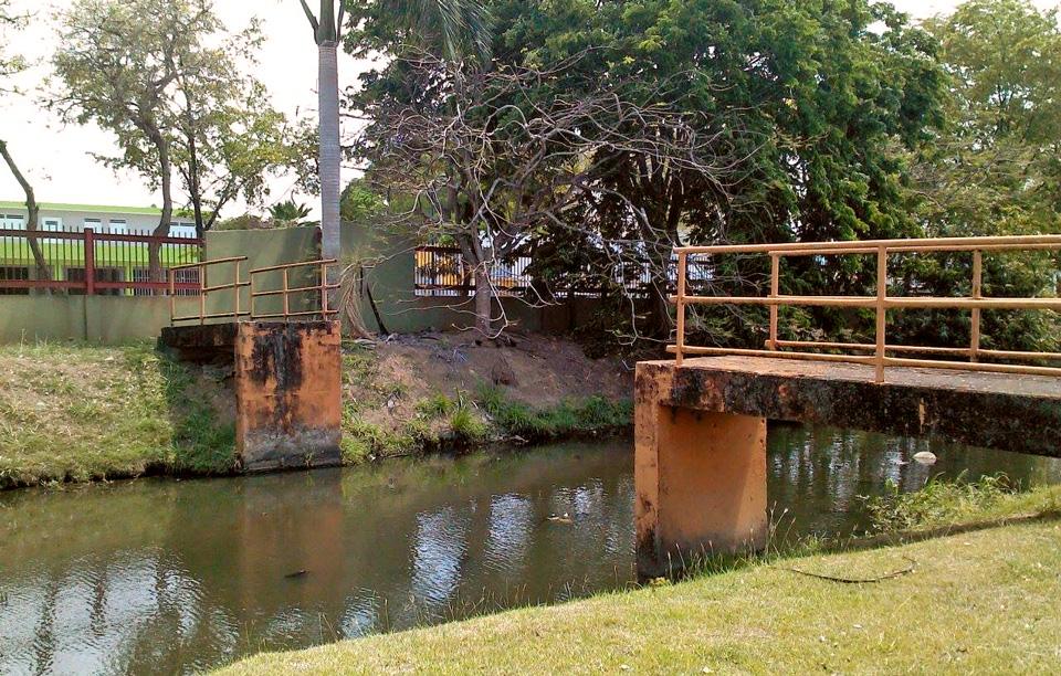 Puente roto por la Urbanización Jardines de Country Club, Carolina, Puerto Rico.
