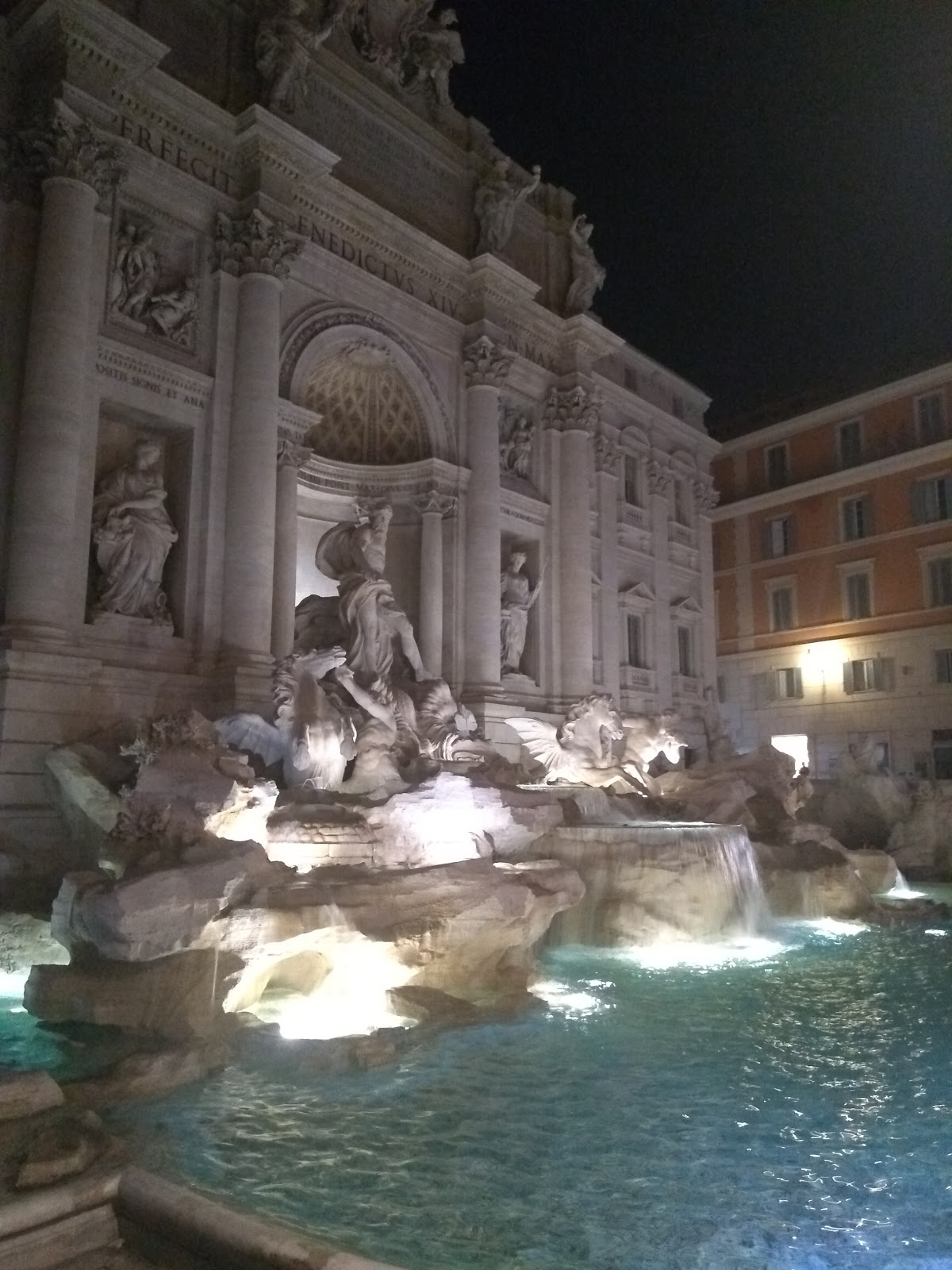 trevi-fountain-at-night
