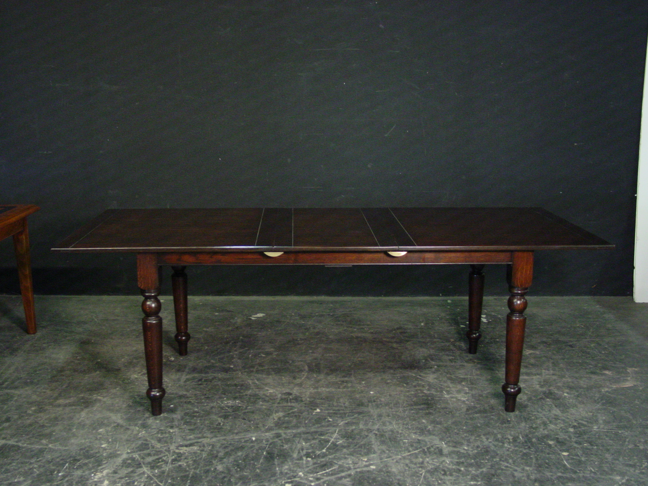 Turned leg table with leaf in