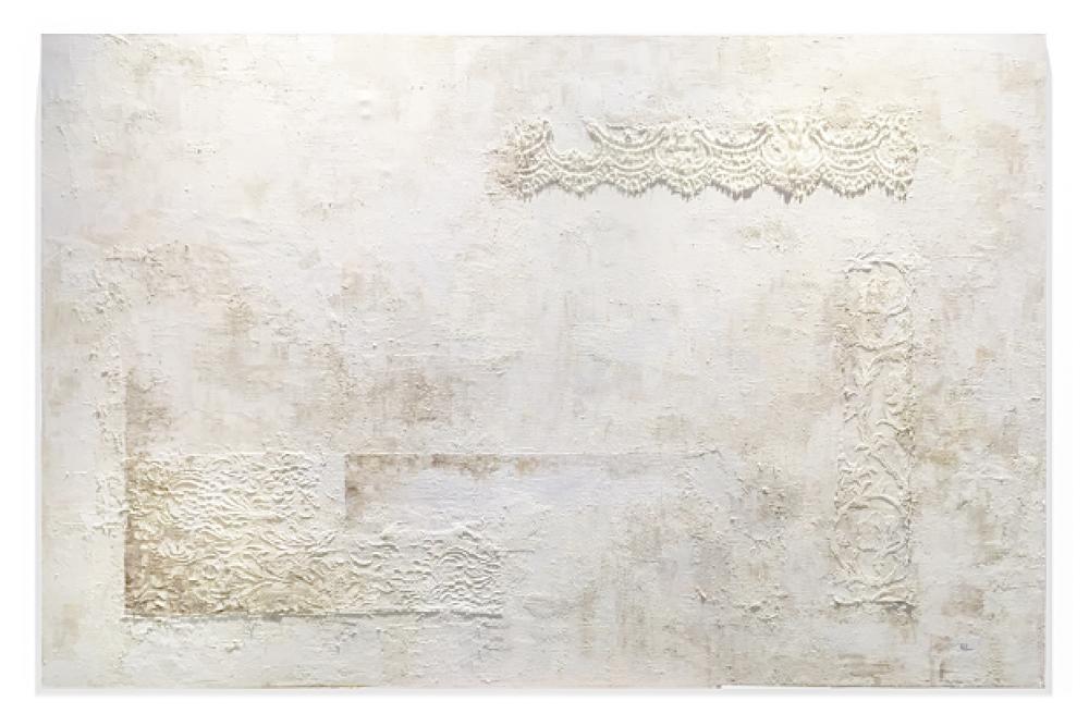 Obra Bridal colgada en pared blanca