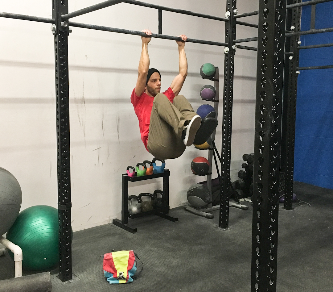 FrictionLabs Training Guide: Staying fit for climbing with a lower body injury – knee raises from pull-up bar
