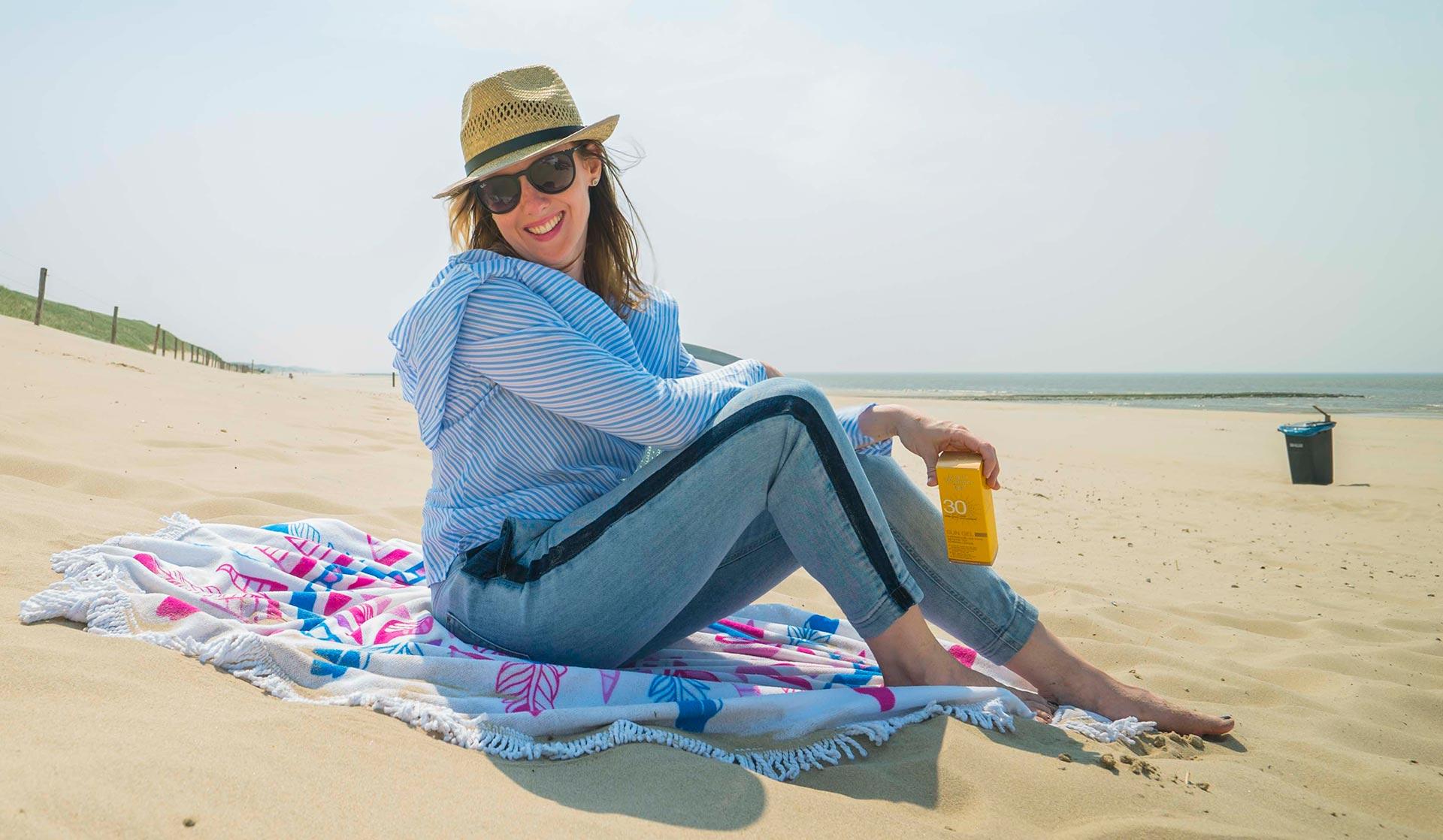 Naar het strand? Bereid je voor op de zon en lees de zonnebescherming tips van Anouk huidtherapeut bij Laserkliniek Zwolle.
