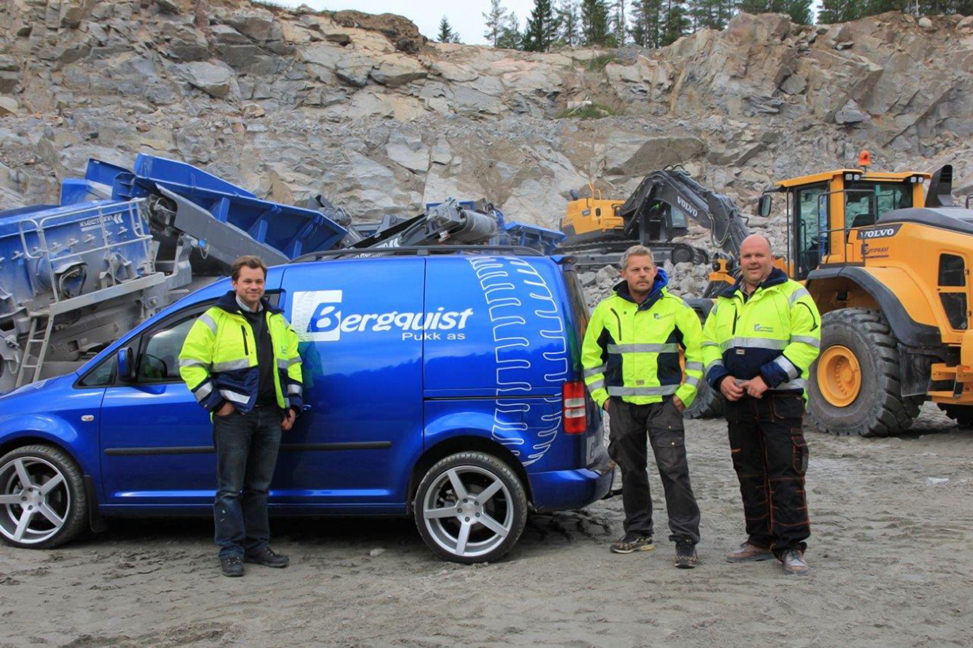 Bilde av pukkverket med firmabil og ansatte