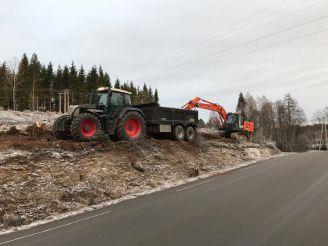 Traktor med henger og graver