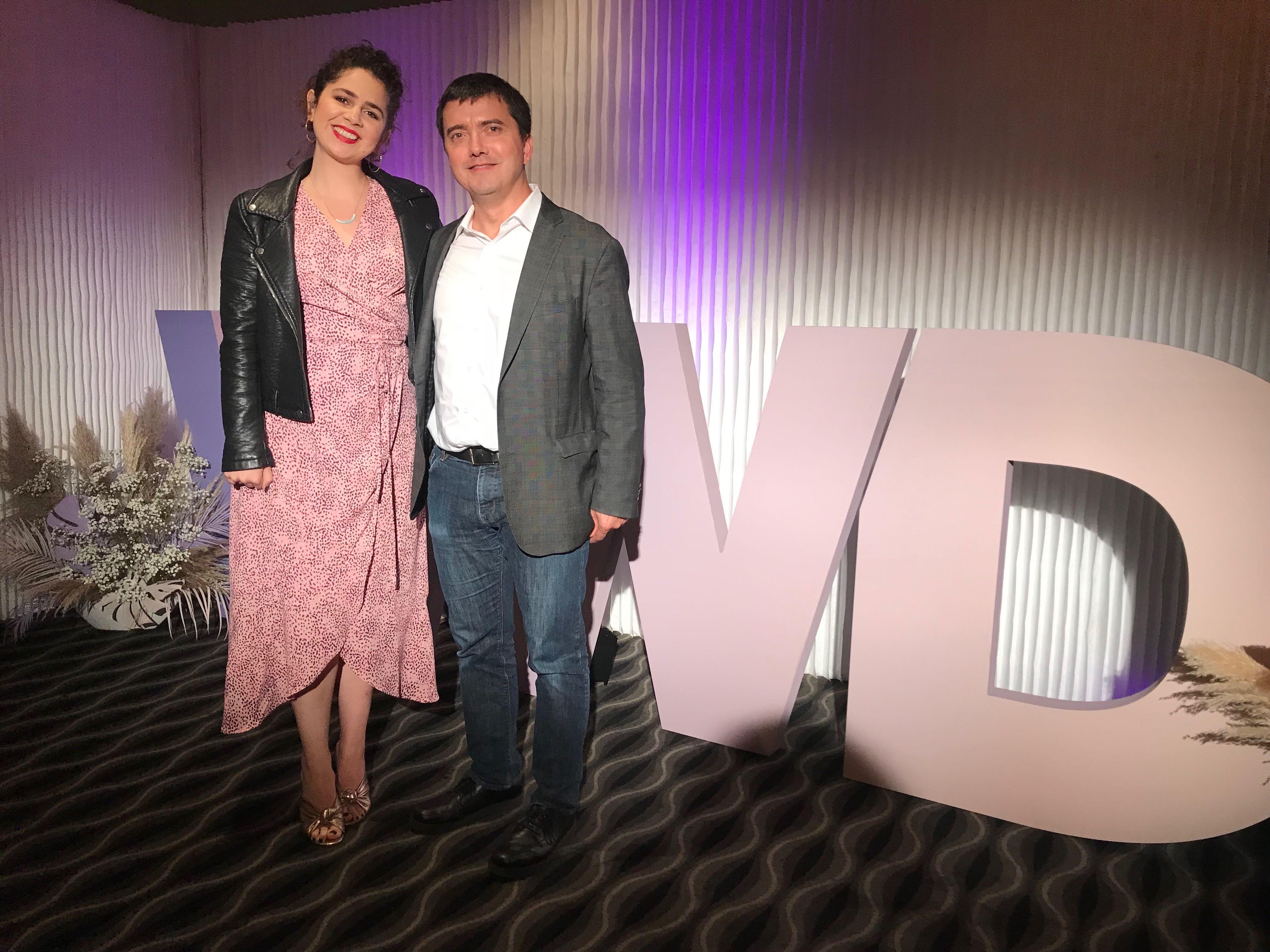 Taylor Hiskey, directrice des médias sociaux d'Urban Decay Cosmetics (UD) et Pierre-Loic Assayag, PDG et cofondateur de Traackr, au WWD Digital Forum