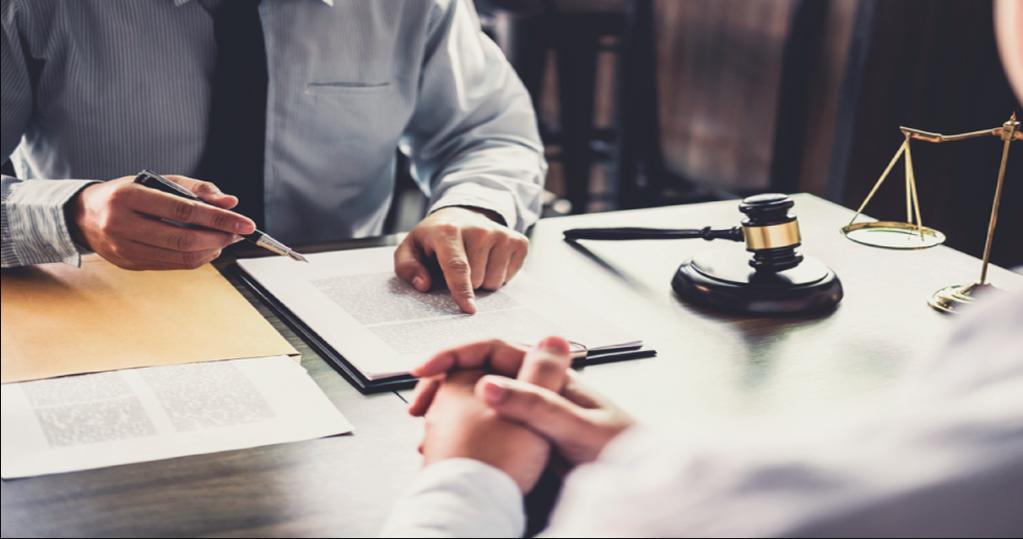 Es la persona encargada de realizar un análisis de determinada problemática en materia legal y ofrecer soluciones y recomendaciones. Para cumplir con eficiencia ese asesoramiento, se asegura de que una empresa no cometa algún o error o infracción de acuerdo a lo que ordenan las leyes y normativas. A tales fines, el asesor jurídico revisa acuerdos, contratos, convenios, leyes y otros documentos para asegurar el mayor beneficio de la compañía dentro del marco de la legislación vigente.